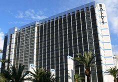 Bally's Las Vegas Hotel & Casino behoort tot de hotelketen van Caesars Entertainment heeft 2814 hotelkamers, een groot casino waar je op de verschillende tafelspelen en speelautomaten kunt spelen. Verder staat het Bally's casino bekend voor haar top entertainment, meer dan 20 eigen winkels en maar liefst 8 tennisbanen. Bally's Las Vegas is een oud casino.