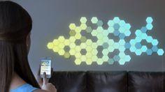 Ze zijn nog niet daadwerkelijk in productie, deze Wallbrights. Hexagrammen of strips voorzien van LED-verlichting, die aangestuurd worden door een app op een smartphone. Je kunt de achthoeken of strepen naar eigen smaak op je muur hangen en met de app zijn de kleuren te bedienen. Op de site Quirky kunnen geïnteresseerden hun meningen en ideeën kwijt, alsmede een verkoopprijs adviseren, zodat Wallbrights uiteindelijk zo gebruiksvriendelijk mogelijk in de markt wordt gezet.