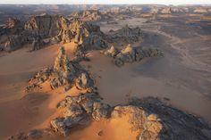Ливийская Сахара.   Сахара состоит из 1/4 вулканических гор, 1/4 песка, скал и покрытых гравием равнин, и маленьких областей постоянной растительности, которая включает кусты, травы и деревья в нагорье и в оазисах, расположенных по руслам реки. Некоторые из растений хорошо приспсоблены к этому климату и растут в течение трех дней после дождя, а сеют свои семена в течение двух недель после этого. Только малая часть пустыни Сахара плодородна — эти участки берут влагу из подземных рек и…