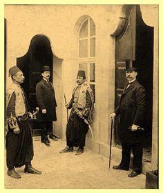 القنصل الامريكي في بغداد ينتظر الاذن للدخول على خليل باشا والي بغداد 1916