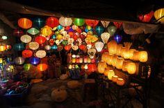 Lampen in der Altstadt Kleine Läden, welche Lampions und Seidenlampen verkaufen gibt es überall in Hoi An auch an den Geschäften und Häusern hängen die Lampen.