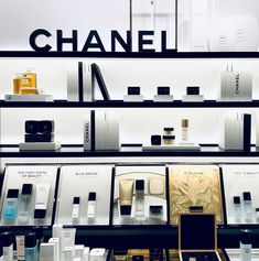 Chanel Sublimage, Chanel Store, Chanel Beauty, Chanel Pearls, Shopping Chanel, Display Design, Store Design, Perfume Display, Flag Shop