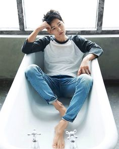 I was sure I would make it to work on time today, but then, these Song Joong Ki goods dropped, and I just have to share! Song Joong Ki continues to ra… Park Hae Jin, Park Seo Joon, Mode Masculine, Korean Men, Asian Men, Korean People, Asian Actors, Korean Actors, Descendants
