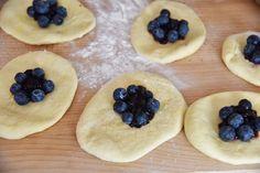 jagodzianki z borówkami Nom Nom, Recipies, Good Food, Cooking Recipes, Pudding, Bread, Cookies, Baking, Breakfast