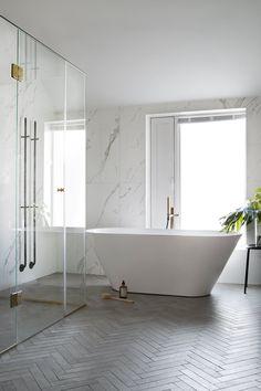5 gode tip til dig om at renovere et lille badeværelse - Lilly is Love Modern Bathroom Sink, Master Bedroom Bathroom, Bathroom Photos, Modern Bathroom Design, Bathroom Interior Design, Modern Interior, Bathroom Lighting, Neutral Bathroom, Master Baths