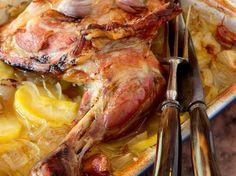Découvrez la recette Épaule d'agneau confite à l'ail et au citron sur cuisineactuelle.fr.