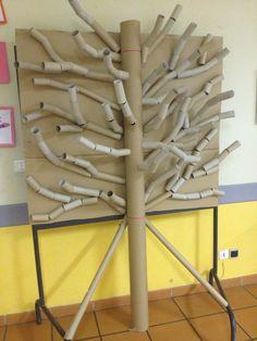 Arbre en rouleau de papier toilette et sopalin : nous avons Paper Mache Tree, Paper Tree, Art For Kids, Crafts For Kids, Arts And Crafts, Paper Crafts, Green Tablecloth, Plastic Tablecloth, Tree Sculpture