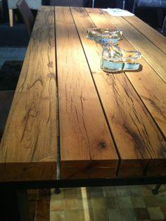 Esstisch mit Eiche Balken Platte - Gestell Stahl. Massive Eiche Balken bilden die Tischplatte dieses völlig neuen Esstischs mit Stahlgestell. In kürze schon bei uns im Onlineshop.