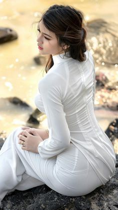 "Pin by Văn ý on Áo dài trắng in 2019 The Ao Dai is a Vietnamese Traditional Garment The Vietnamese ""Ao Dai"", the long gown worn with trousers by Vietnamese women, has become the symbol of the Vietnamese feminine beauty, an. Ao Dai, Vietnam Girl, Vietnamese Dress, Beautiful Asian Women, Sexy Asian Girls, Traditional Dresses, Asian Fashion, Indian Beauty, Asian Woman"