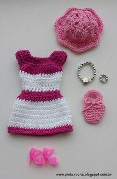 COLEÇÃO 2017                                                                                                                         ... Knitting Dolls Clothes, Crochet Barbie Clothes, Knitted Dolls, Doll Clothes, Crochet Animals, Crochet Hats, Crochet Fashion, Stuffed Toys Patterns, Barbie Dolls