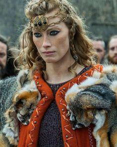 Alyssa Sutberland as Queen Aslaug on Vikings season 4 Viking Queen, Viking Warrior, Viking Woman, Viking Age, Viking Shop, Warrior Women, Ragnar Vikings, Ragnar Lothbrok, Vikings Tv Series