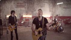 ANTONIS REMOS (FEAT. MANOS PIROVOLAKIS) - MPORI NA VGO   OFFICIAL Music Video Clip [NEW] (+LYRICS)