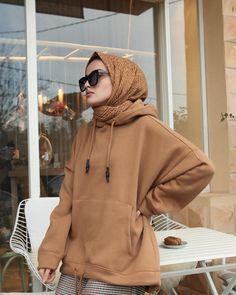"""Instagram'da Ayşa.: """"mevsimler sonbahar kış sonbahar kış diye devam ediyor olsa hep. Şalım @akelfashion bana göre en büyük konforu ütü istememesi 🎃"""" Modern Hijab Fashion, Street Hijab Fashion, Hijab Fashion Inspiration, Muslim Fashion, Modest Fashion, Fashion Outfits, Casual Hijab Outfit, Hijab Chic, Modest Outfits"""