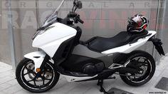 Honda Forza de Juan Manuel con los adhesivos en vinilo para llantas diseño Speed en blanco con los logotipos de la marca Honda Motos Honda, Motorcycle, Bike, Adhesive, Vinyls, Logos, Stickers, White People, Accessories