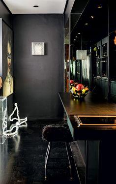 Apê de 55 m² ganha decoração imponente e ousada