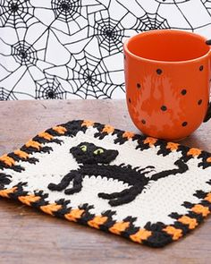 Free crochet pattern: Scaredy Cat Dishcloth. Get your kitchen in the howl-iday spirit with this feline dishcloth!