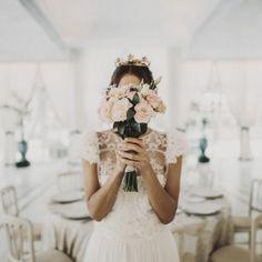Novia romántica de Panambi. Más en www.bridalada.com  #novia #bride #elegante #romantica #bridalada #bridal #boda #vestido #ramo #tiara