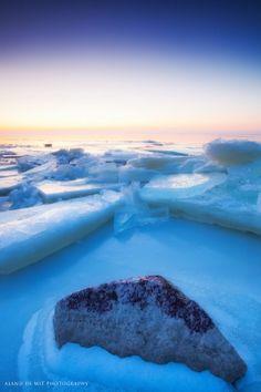 De ijspret is weer voorbij maar hier op Zoom.nl kunnen we er niet mee stoppen. Nog één ijsfoto dan, ook van kruiend ijs. Het lijkt misschien of de maker op een van de polen stond maar deze mooie zonsondergang is gemaakt op ons 'eigen' IJsselmeer. De blauwe gloed van het ijs gecombineerd met het verloop van oranje via wit naar donkerblauw maakt het tot een prachtige foto. En nu mag het weer warm worden