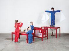 Rassel. Schoppen. Nuschi. Nuggi. Baby (durchschlafend). Das Bett für die ganz Kleinen ist in der Erscheinung klassisch. Aber es ist noch mehr: Durch Montage oder Demontage von Teilen wird es zum Kindertisch oder Pult. Es verändert sich mit den Anforderungen des heranwachsenden Kindes. Montage, Bed, Furniture, Home Decor, Kid Furniture, Handarbeit, Classic, Decoration Home, Stream Bed