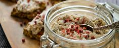 """Als je een manier zoekt om meer van die gezonde omega-3 vetzuren in je dieet teverwerken, is deze pasta van vette vis een lekkere optie. Gebruik de visrillettes als een dipvoor bij rauwkost, smeer op een Paleo crackertje of verwerk ze in een wrap. Handig voor de lunchbox! De roze """"peperkorrels"""" zijn afkomstig van de [...]"""