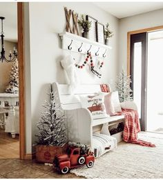 50 Christmas Apartment Decor Ideas that takes the Definition of Elegance to a Whole New level - Hike n Dip Christmas Entryway, Farmhouse Christmas Decor, Country Christmas, White Christmas, Christmas Night, Christmas Home, Apartment Christmas, Christmas Interiors, Diy Lit