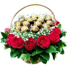Canasto con rosas, follaje verde y chocolates Ferrero Rocher