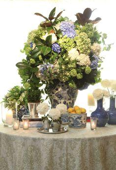 By Jackson Durham #jacksondurham #blueandwhite #chineseporcelain #blueandwhtiefloral #lemons #weddingdesign #weddingfloral