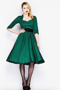axelmøllers have frb.  Lucy Dress Vidunderlig kjole der kan bruges til festlige sammenkomster eller blot som fin sommerkjole. Kjolen har lynlås i ryggen,og den leveres med sort bredt bælte i bomuld. Størrelser: XS/34, S/36, M/38, L/40, XL/42, 2XL/44, 3XL/46, 4XL/48. Kjolen er vist med et sort petticoat (60 cm.) under. Petticoat medfølger ikke, men det kan købes separat (se nedenfor). Kjolen kan også sagtens bruges uden underskørt - se de supplerendebilleder! Materiale: Bomuld.