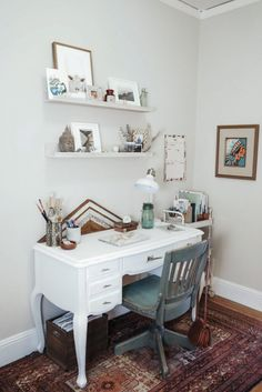 """Amanda Holstein, blogger behind """"Advice from a 20 Something"""", shows us her San Francisco studio with minimalistic decor and a bohemian touch."""