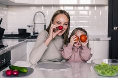 Joven madre y niño preparando comida san...   Free Photo #Freepik #freephoto Cute Family, Happy Family, Studio 60, Healthy Food, Healthy Recipes, Young Family, Family Posing, Working With Children, Mother And Father