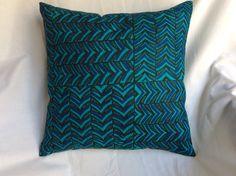 Coussin carré en coton 30x30cm motifs géométriques verts, bleus et noirs : Textiles et tapis par pascaline-creations