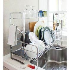 わずか約17cmの幅に置けて、洗い物の量に合わせて伸び縮み!シンク横の狭いスペースに収まるスリムサイズの水切りカゴです。自在なスライド設計で、狭いシンクもここまで美しくなる。
