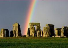 Vibrant rainbow over #Stonehenge. pic.twitter.com/6vMWimxBm6