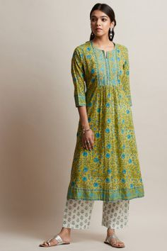 Gulzar Sanaz Kurta - Carefully hand block-printed with a transcendent jaal design, this Kurta embodies striking accents of green and blue. Printed Kurti Designs, Simple Kurti Designs, Kurta Designs, Stylish Dresses, Nice Dresses, Casual Dresses, Awesome Dresses, Summer Dresses, Indian Wedding Outfits
