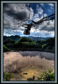 El radiotelescopio de Arecibo está situado en Arecibo, Puerto Rico, al norte de la isla. Está administrado por la universidad Cornell con un acuerdo de cooperación con la National Science Foundation. El observatorio funciona bajo el nombre de National Astronomy and Ionosphere Center (NAIC) aunque se utilizan oficialmente ambos nombres.