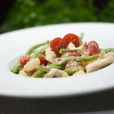 Das Kohlrabi-Ragout mit Tomaten und grünen Bohnen ist ein optimales Gericht für den Sommer. Es ist nicht sonderlich aufwändig und schmeckt schön leicht.