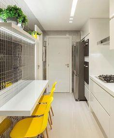 Hello people! A proposta para uma cozinha linda e ao mesmo tempo clean e descolada. Destaque na bancada em nanoglass nos detalhes em amarelos e na pastilha de aço inox que fez toda a diferença no projeto. E ai people gostaram? Projeto: Tais Netto. Foto: Felipe Araujo.