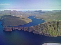 A Sorvágsvatn-tó a Vágar szigetén található, ez a Feröer-szigetek legnagyobb tava.