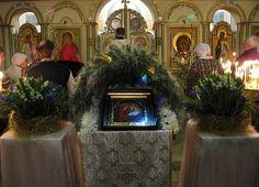 Цветочные убранства у аналойных икон и прочей церковной утвари.