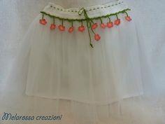 Gonna a fiorellini con tulle bianco abbigliamento bambina su misura all'uncinetto in filo di Scozia,abbigliamento cerimonie,damigella