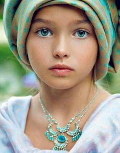 緑色の瞳の少女