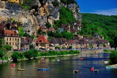 Beynac et Cazenac Dordogne France Places Around The World, Oh The Places You'll Go, Places To Travel, Travel Destinations, Places To Visit, Beynac Et Cazenac, La Roque Gageac, La Dordogne, Ville France
