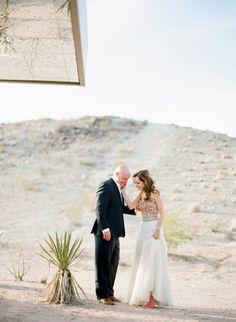 vestido de noiva com bordados e cores fortes laranja coral e brincos turquesa style me pretty blog de casamento à moda da noiva por Luana Zabot