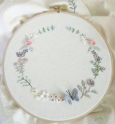#구미프랑스자수 #매일매일 #자수라이프  #꽃리스 #사랑스런 #꽃과나비 #입체 #자수타그램✂️ #stitch#embroidery #창작도안 이에요~ #무단도용금지  #재편집하지마요