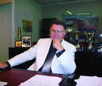 Ο Σοφοκλής Ξυνής είναι πτυχιούχος του τμήματος Φυσικής του Πανεπιστημίου Αθηνών και διπλωματούχος Πολιτικός Μηχανικός του Εθνικού Μετσόβιου Πολυτεχνείου (ΕΜΠ). Είναι επίσης απόφοιτος της Σχολής Ανωτέρας Φυσικής και Φιλοσοφίας της Επιστήμης του Δημόκριτου.