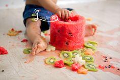 Session One Years.  Baby Boy. Session Smash the Fruit.  First Birthday Cake Smash Session www.lucianathomaz.com