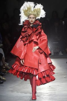 Comme des Garçons RTW Spring 2015 In her spring collection, Rei Kawakubo made a delightfully bright proposal: Red. Red, red and more red. For More For all RTW Spring 2015 Paris Fashion, Fashion Art, Runway Fashion, Fashion Brands, High Fashion, Fashion Show, Fashion Design, Rihanna, Beyonce