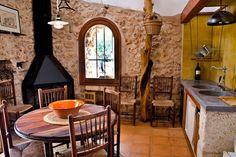 Preciosa casa en Santa Margarita. En la imagen, cocina con chimenea, pozo y una mesa hecha artesanalmente por el propietario con madera de olivo y roble tratado durante más de un año.
