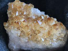 Cytryn- minerał z grupy kwarców o żółtym zabarwieniu. Lapis Lazuli, Montezuma, Buy Jewellery Online, Amethyst Crystal, Gem S, Chakra, Artisan, Gemstones, Instagram