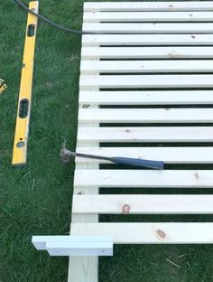 DIY Outdoor Screen:Use spacers to allows for evenly placed slats Last summer I shared our modern wood slatted outdoor privacy screen. I have had so many questions about it, that I thought it was time to share details. Outdoor Privacy Panels, Patio Privacy Screen, Privacy Fence Designs, Privacy Walls, Backyard Privacy, Backyard Fences, Outdoor Landscaping, Pergola Diy, Small Pergola